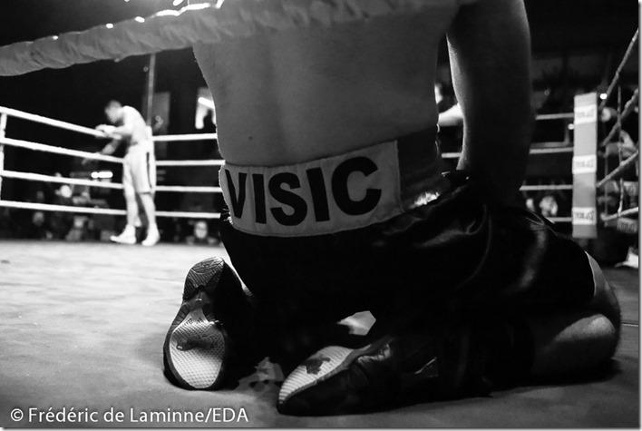 Geoffrey BATELLO (short blanc) vs Toni VISIC lors du Gala de Boxe de La Plante 2015 qui s'est déroulé à Namur (Centre sportif de la Plante) le 21/02 /2015.